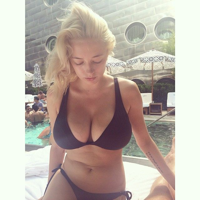 Bikinis blondinen in micro big boobs